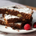 Brownie con nueces y frambuesas
