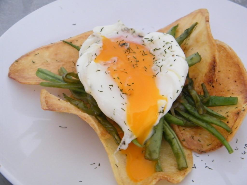 huevo_escalfado_sobre_cama_de_judías_verdes_y_patatas_chips