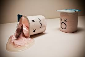 Tomar o tirar el suero del yogur, líquido del yogur