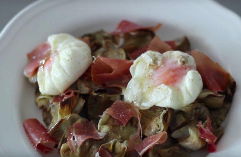 Alcachofas confitadas con huevo pochado y jamón