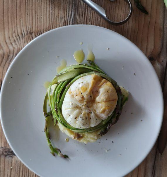 espárragos verdes con huevo poché