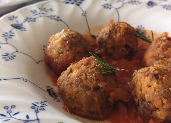 Albóndigas de lentejas con salsa de tomate