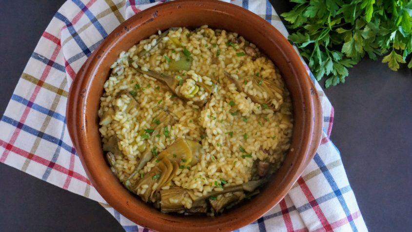 Arroz meloso con alcachofas y habas frescas
